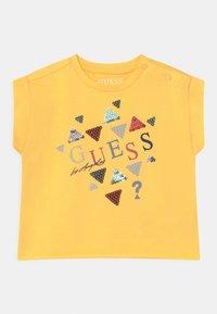 Guess - MIDI - Print T-shirt - sunlight - 0