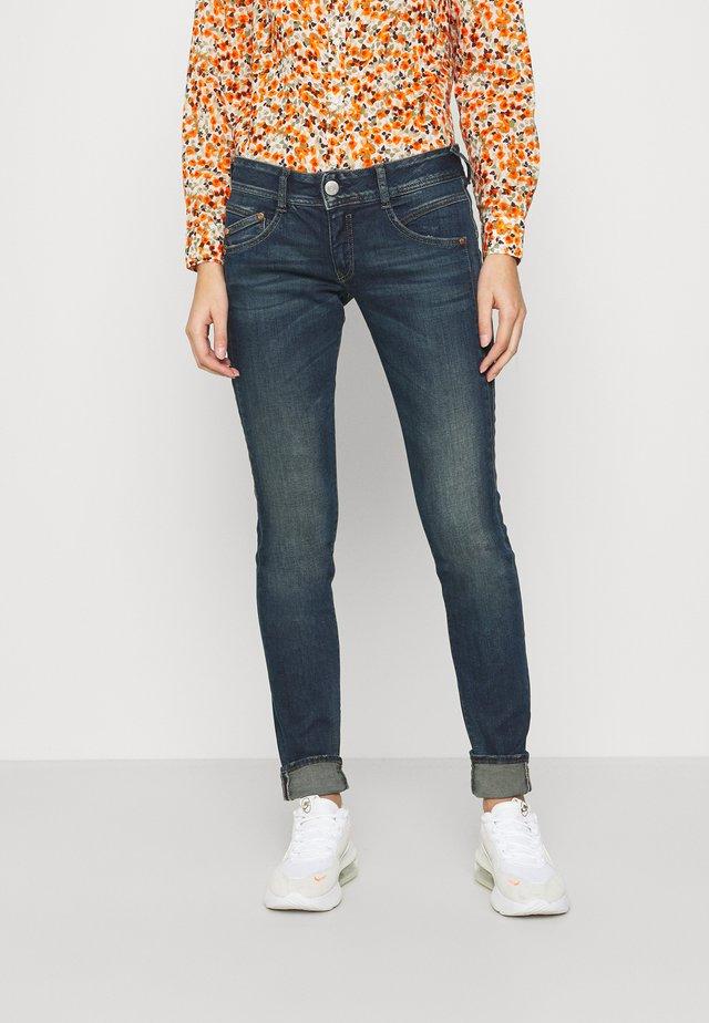 GILA POWERSTRETCH - Slim fit jeans - gloomy