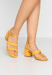 Miss Selfridge Wide Fit - WIDE FIT STORMI BLOCK - Sandaalit nilkkaremmillä - yellow - 0