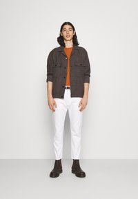 Edwin - UNIVERSE PANT CROPPED - Jeans Tapered Fit - white selvage denim - 1