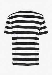 Common Kollectiv - UNISEX WILSON STRIPE  - T-shirt z nadrukiem - white - 1