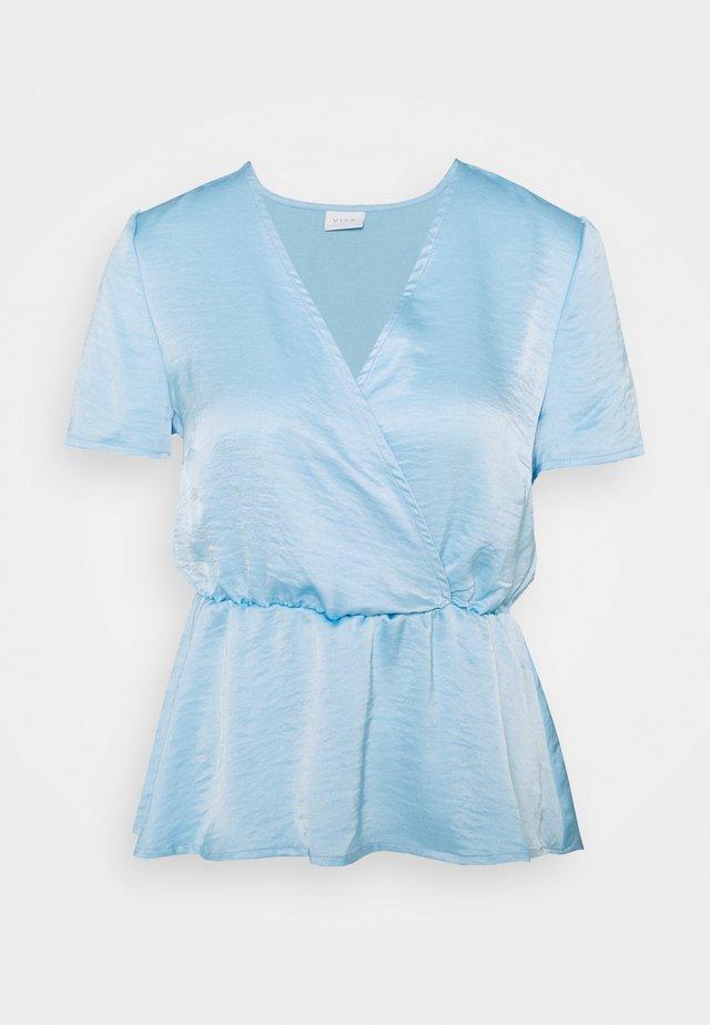 VIZIPPA WRAP EFFECT - T-shirt con stampa - blue bell