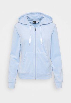 CECILIA HOODIE - Sweatjakke - pop blue