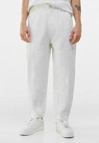 Bershka - LOOSE FIT - Trousers - white - 0