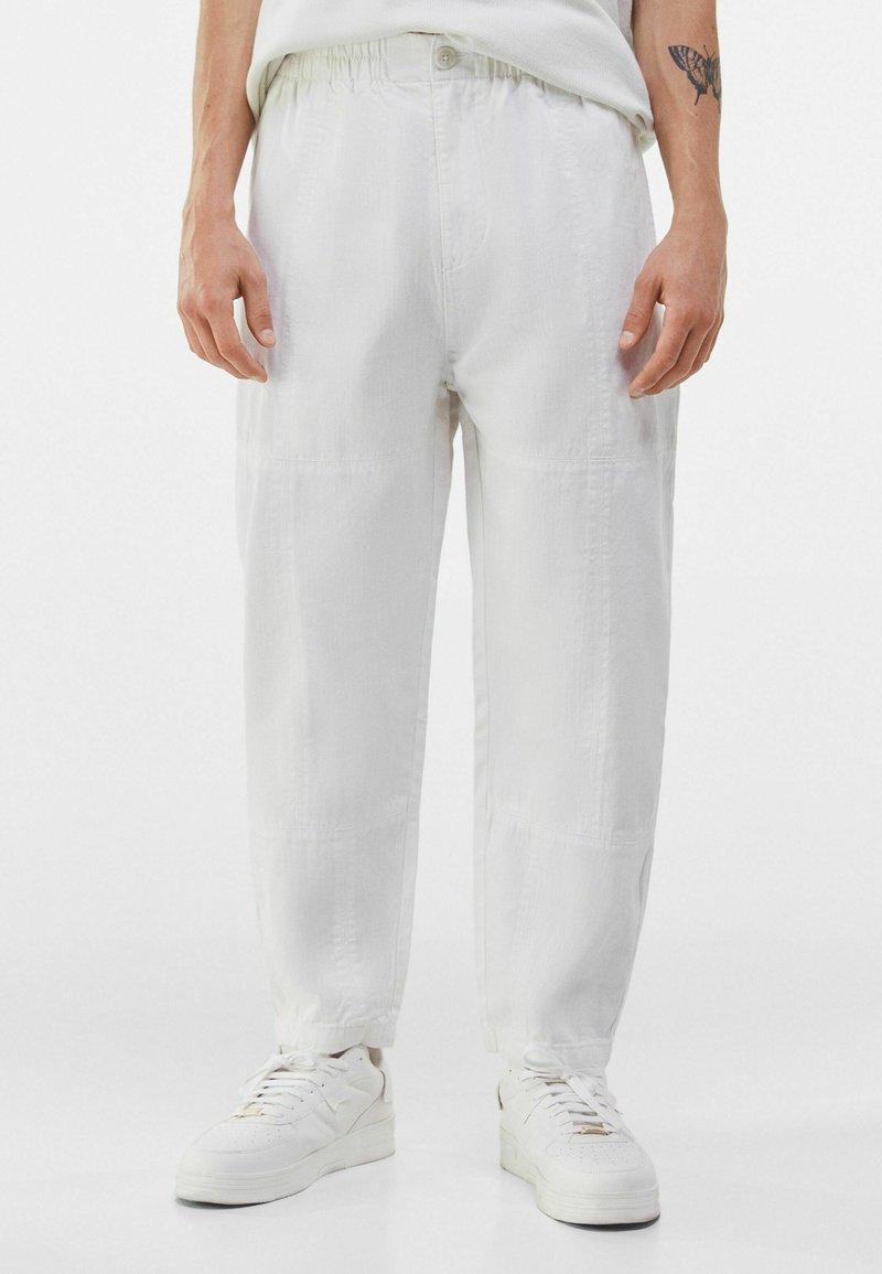 Bershka - LOOSE FIT - Trousers - white