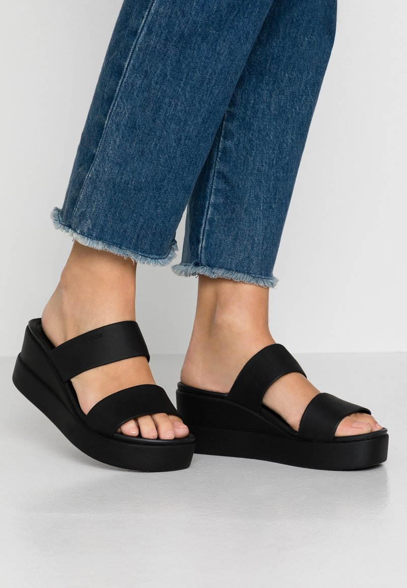 Crocs - BROOKLYN MID WEDGE - Tøfler - black