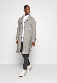 Lindbergh - CHECKED PANTS - Kalhoty - grey / check - 1