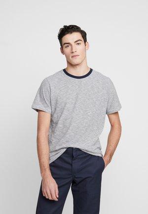 THE ORGANIC MULTISTRIPED TEE - Print T-shirt - wihite/blue
