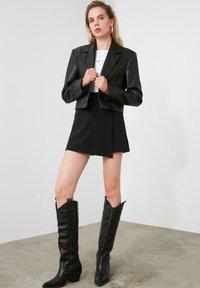 Trendyol - ТWOAW20SR0072 - Shorts - black - 0