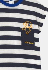 Petit Bateau - Print T-shirt - smoking/marshmallow - 2