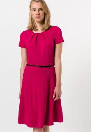 MIT GÜRTEL - Jersey dress - blush fuchsia