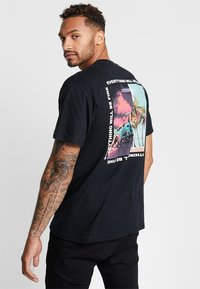 Mennace - BURNING CAR PARADISE BACK  - Print T-shirt - black - 0