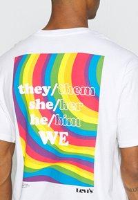Levi's® - PRIDE VINTAGE FIT GRAPHIC TEE UNISEX - Print T-shirt - white - 5