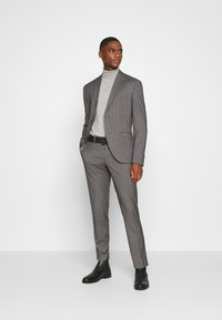 Isaac Dewhirst - BOLD STRIPE SUIT - Traje - grey - 1