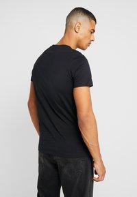 Calvin Klein Jeans - ICONIC MONOGRAM SLIM TEE - Print T-shirt - black - 2