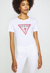 Guess - T-shirt z nadrukiem - true white - 3
