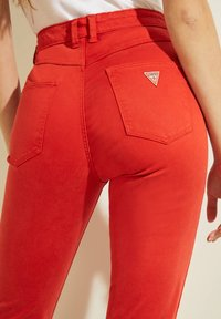 Guess - STICKEREI - Trousers - rot - 5