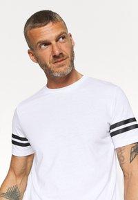 Jack & Jones Performance - JCOZDOUBLE STRIPE TEE 2 PACK - T-shirt med print - black/white - 4