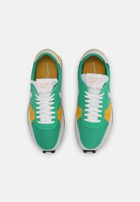 Nike Sportswear - DBREAK TYPE UNISEX - Trainers - stadium green/white/gold/black - 5