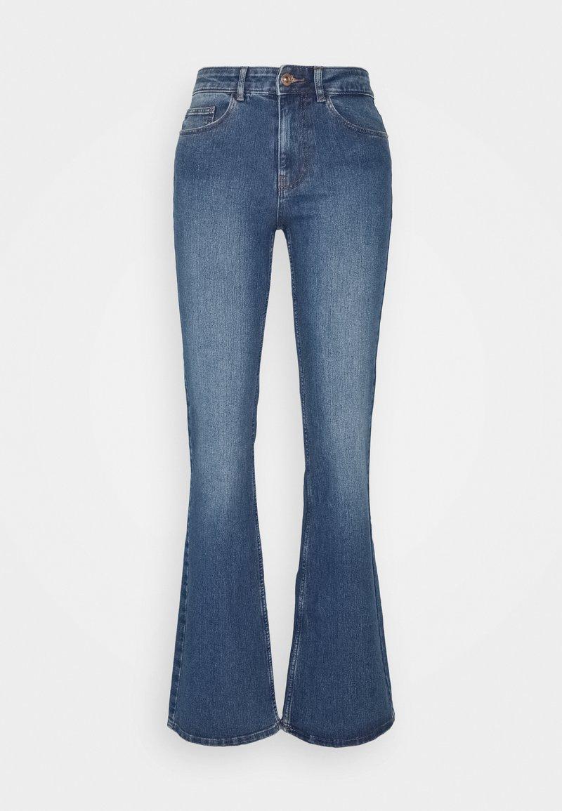 PIECES Tall - PCPEGGY  - Flared Jeans - medium blue denim