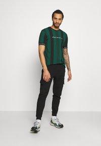 Kings Will Dream - VEDTON STRIPE TEE - T-shirt print - evergreen/black - 1