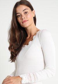 Rosemunde - Topper langermet - new white - 5