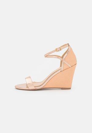 KAREN - Sandalen met sleehak - gold