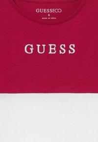 Guess - JUNIOR MIDI - T-shirt imprimé - disco pink - 3