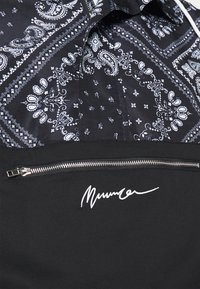 Mennace - BANDANA PRINT OVERHEAD JACKET - Windbreaker - black - 5
