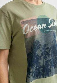Selected Homme - STATEMENT - T-shirt med print - tea - 4