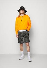 Holzweiler - HANGER CREW UNISEX - Sweatshirt - orange - 1