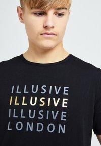 Illusive London Juniors - ILLUSIVE LONDON SOVEREIGN[ - Print T-shirt - black - 3