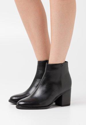 Kotníková obuv - black