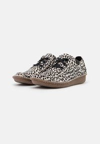 Clarks Unstructured - FUNNY DREAM - Casual lace-ups - white/black - 2