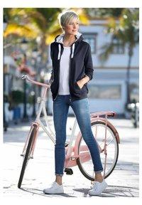 Dress In - Zip-up sweatshirt - marineblau - 1