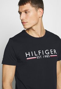 Tommy Hilfiger - TEE - Printtipaita - blue - 4