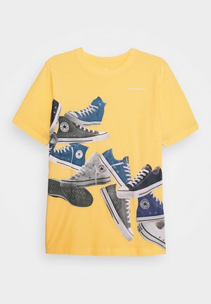 ASCENDING SNEAKERS TEE - T-shirt con stampa - topaz gold