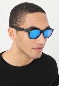 Ray-Ban - Sonnenbrille - black/grey/mirror blue - 1