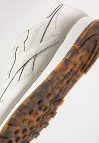 Reebok Classic - CLASSIC - Sneakersy niskie - chalk - 5