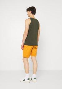 Scotch & Soda - STUART CLASSIC - Shorts - rust - 2