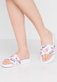 Nike Sportswear - BENASSI JDI PRINT - Matalakantaiset pistokkaat - white/black/lotus pink/team orange - 0