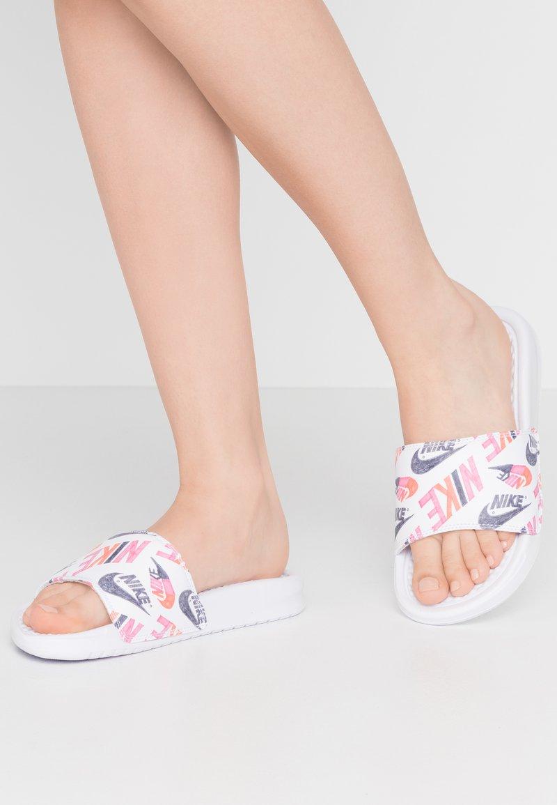 Nike Sportswear - BENASSI JDI PRINT - Matalakantaiset pistokkaat - white/black/lotus pink/team orange
