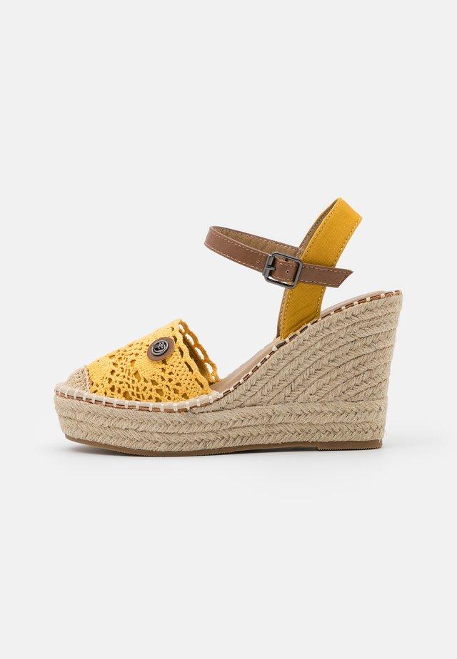 Sandalen met plateauzool - yellow