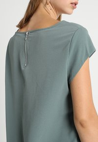 ONLY - ONLVIC SOLID  TOP - Blusa - balsam green - 4