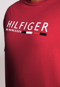 Tommy Hilfiger - CORP STRIPE TEE - T-shirt con stampa - red - 4
