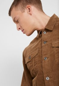J.CREW - CORDUROY TRUCKER JACKET - Summer jacket - saddle brown - 4