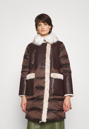 SOVENTE - Kabát zprachového peří - brown