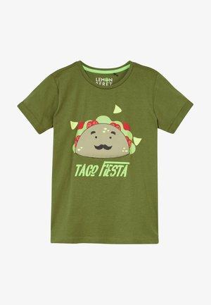 SMALL BOYS  - Camiseta estampada - pesto