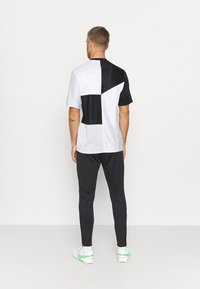 Nike Performance - FC PANT - Spodnie treningowe - black/iridescent/habanero red - 2