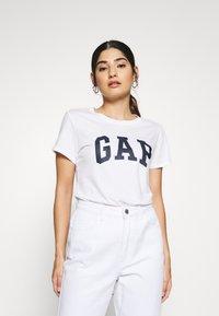 GAP Petite - TEE - T-shirt z nadrukiem - white - 0